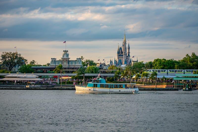 Шлюпка такси и панорамный вид замка Cinderellas и винтажного вокзала на волшебном королевстве в мире Уолт Дисней стоковое изображение