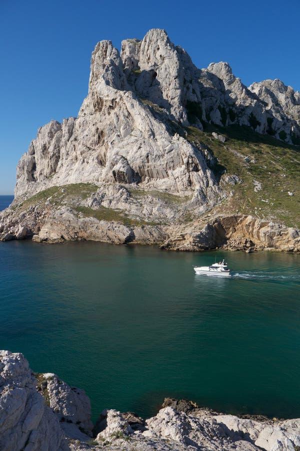 Шлюпка удовольствия в французское среднеземноморском стоковые фото