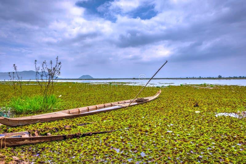 Шлюпка утонутая в озеро, Камбоджу стоковое изображение