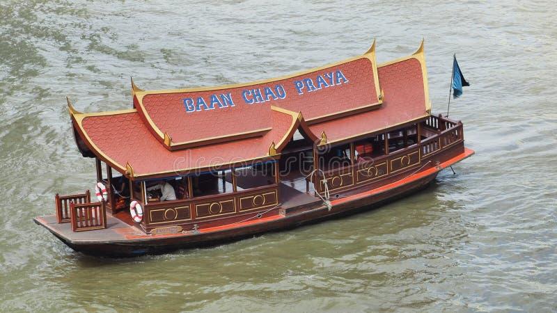 Шлюпка челнока Baan Chao Praya курсирует на реке стоковое изображение