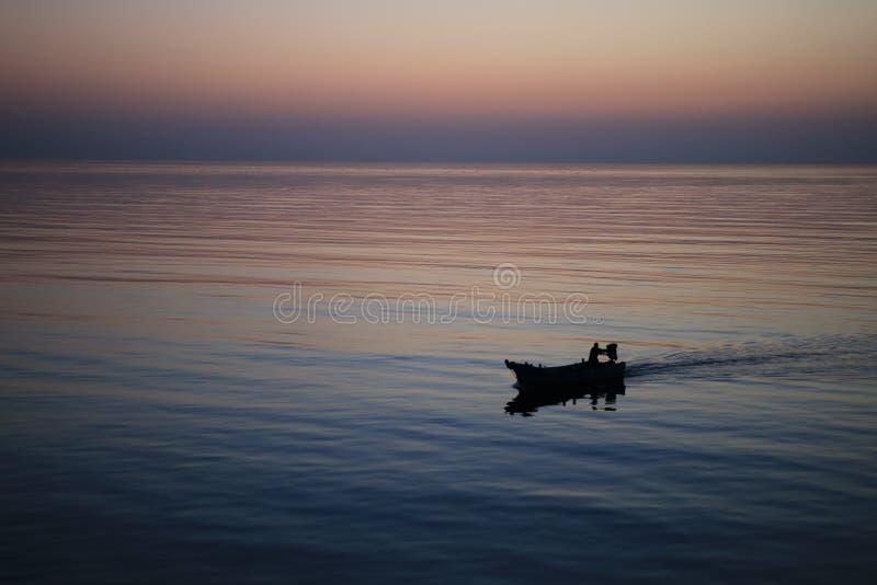 Шлюпка Fisher на заходе солнца стоковое фото rf