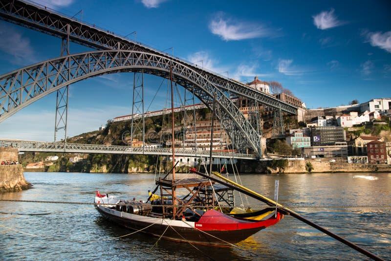 Шлюпка Rabelo в Порту Португалии стоковые фото