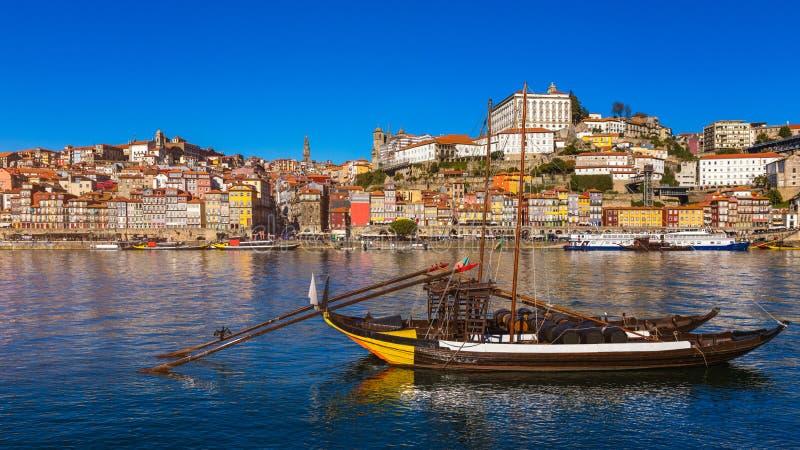 Шлюпки вина порта на портовом районе с старым городком на Дуэро стоковые изображения rf