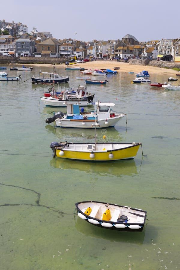 Шлюпки в гавани St Ives, Корнуолле, Великобритании стоковое изображение rf