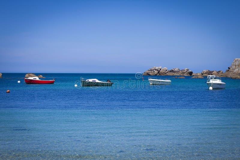 Шлюпки в голубом океане Бретани, Франции стоковая фотография rf