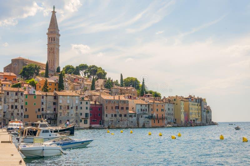 Шлюпки в заливе Rovinj Istria Хорватии Средневековые городские пейзажи морского побережья стоковые изображения