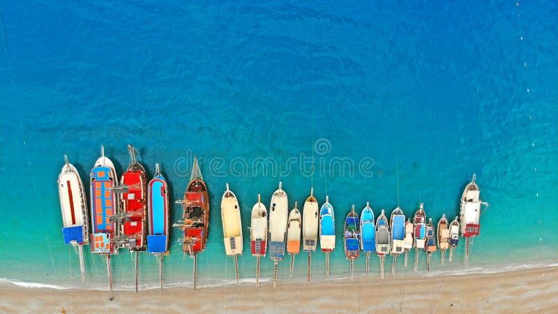 Шлюпки в море, взгляде сверху Вид с воздуха красочных шлюпок стоя рядом на берегах Средиземного моря в лазурной воде стоковая фотография rf