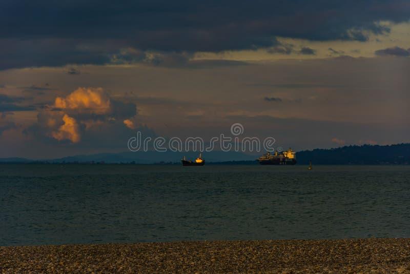 Шлюпки груза на Чёрном море во время времени захода солнца стоковая фотография rf
