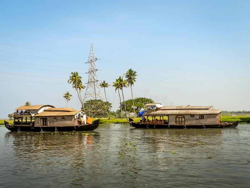 Шлюпки дома в задней воде, Alleppey, Керале, Индии стоковые изображения rf