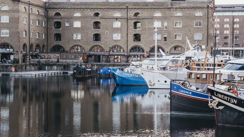 Шлюпки и яхты в доках St Katharine, Лондоне, Великобритании стоковая фотография