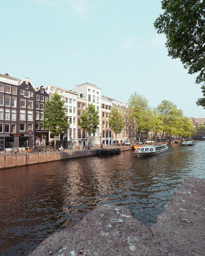 Шлюпки канала Амстердама проходя реку стоковые фотографии rf