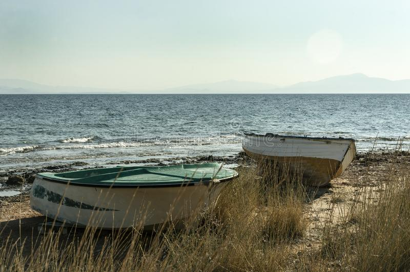 Шлюпки ландшафта лета на предпосылке моря стоковое изображение rf