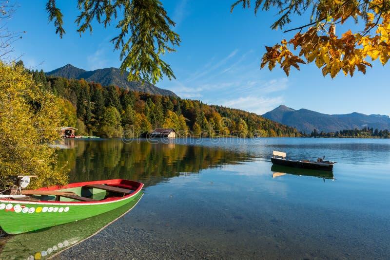 Шлюпки на баварском озере горы стоковые фотографии rf