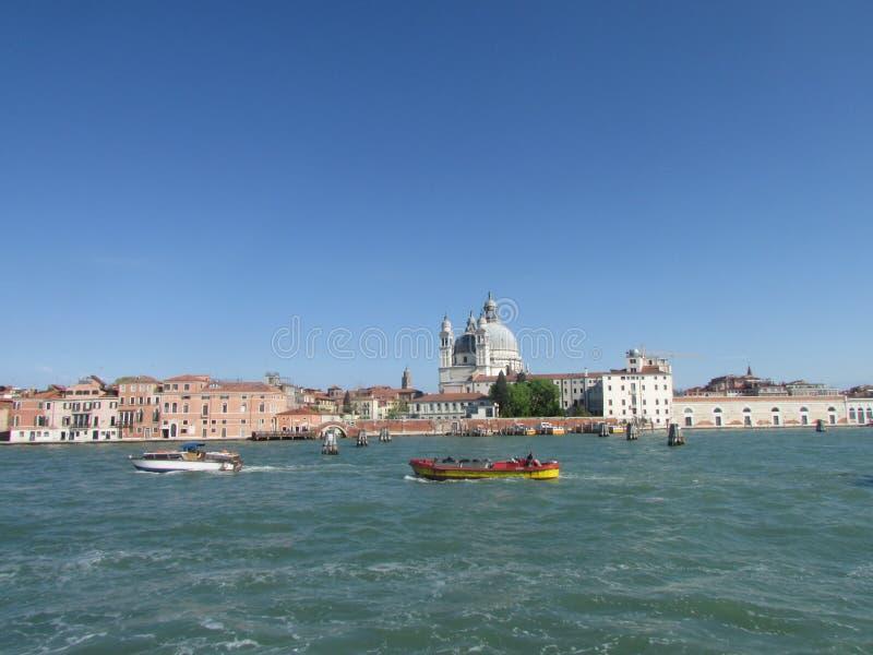 Шлюпки на большом канале в Венеции, Италии стоковая фотография