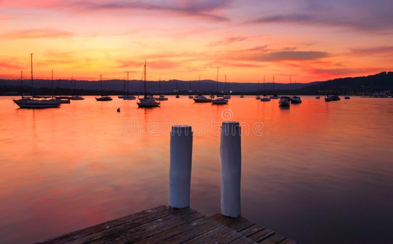 Шлюпки на гавани на заходе солнца стоковые фото