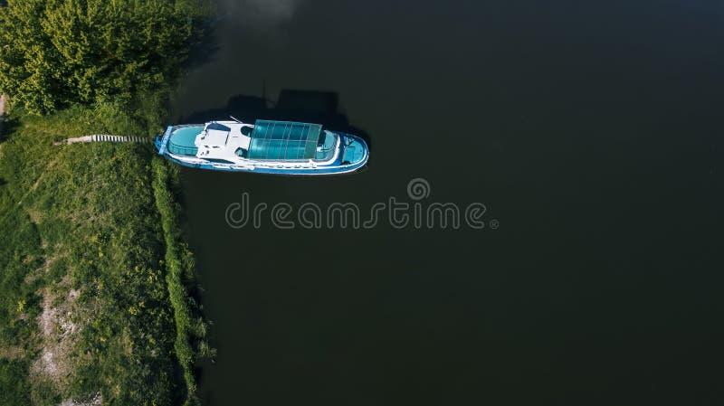 Шлюпки на доке на виде с воздуха озера стоковые изображения rf