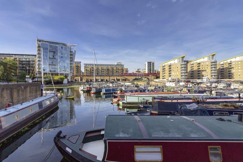 Шлюпки на Марине таза Limehouse, около канереечного берега реки причала, Лондон стоковые фотографии rf