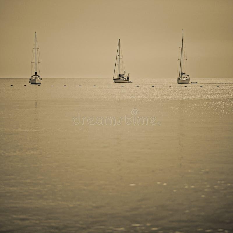 3 шлюпки на море стоковые изображения rf