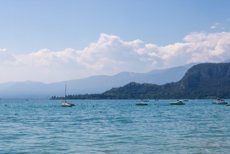Шлюпки на озере Garda во время в Bardolino, Италии стоковое фото