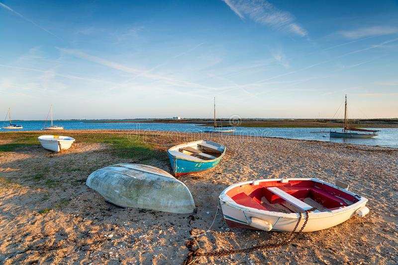 Шлюпки на пляже на западном Mersea стоковое изображение