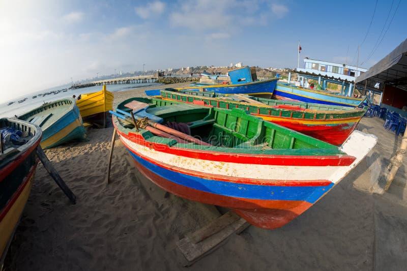 Шлюпки на пристани в Chorrillos, Перу стоковое фото