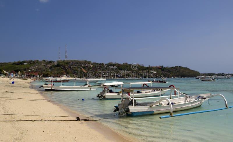 Шлюпки на тропическом пляже стоковая фотография