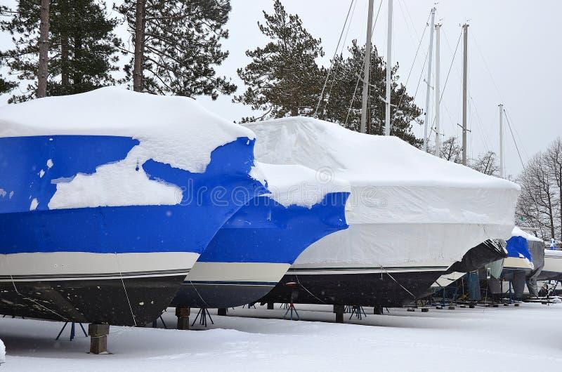Шлюпки обернутые сокращением в зиме стоковое фото rf