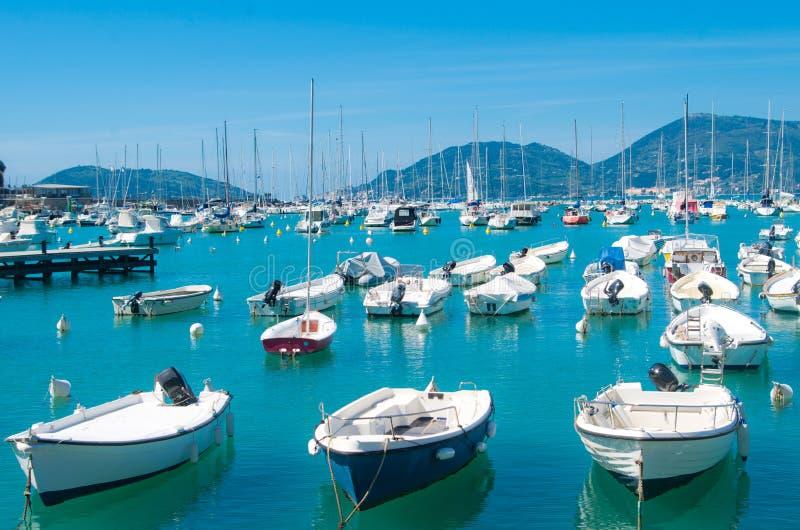 Шлюпки останавливают на гавани в красивом голубом море стоковые изображения