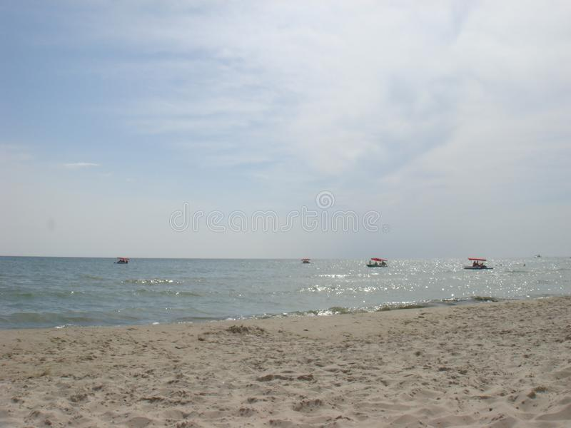 Шлюпки педали или шлюпки затвора с водными горками на море стоковые фото
