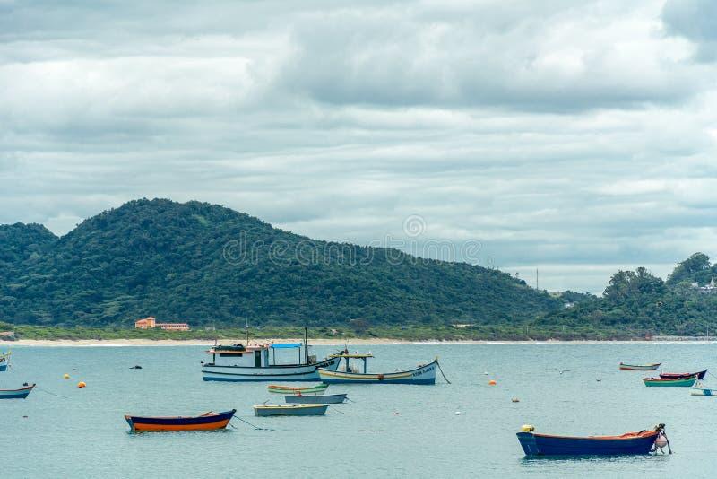 Шлюпки плавая на штиль на море стоковая фотография