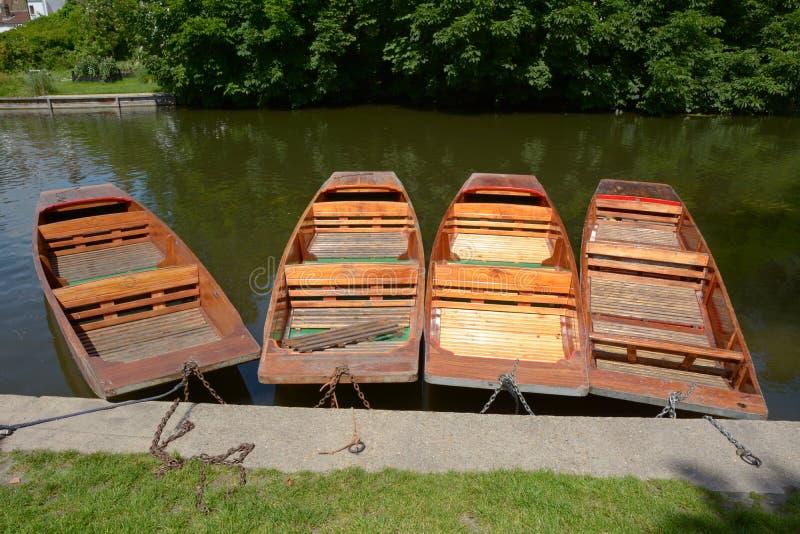 Шлюпки плоскодонки причаленные к банку на кулачке реки в Кембридже стоковое фото rf