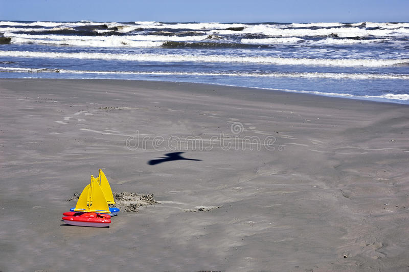 шлюпки пляжа плавают игрушки стоковое изображение