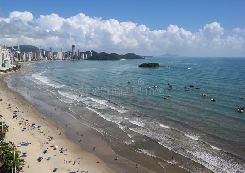 Шлюпки посещают остров Cabras на солнечный день стоковое фото rf