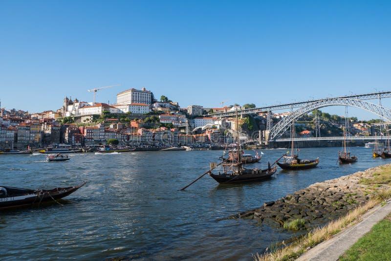Шлюпки реки Дуэро, моста Dom Луис и Rabelo, Порту, Португалия стоковое фото rf