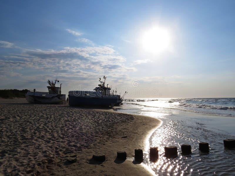 Шлюпки рыболова на взморье песчаного пляжа в Солнце стоковые изображения rf