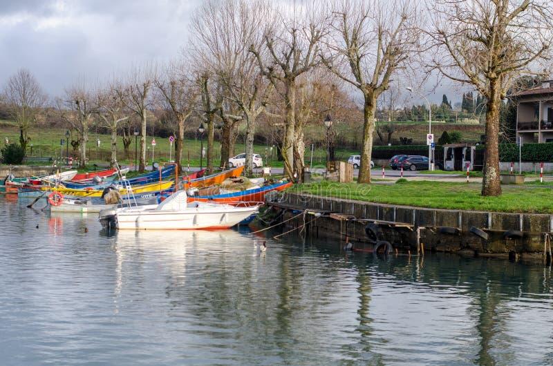 Шлюпки рыболовов озера Bolsena стоковые фотографии rf