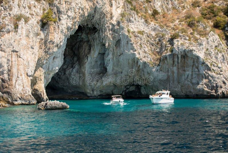 Шлюпки с туристами около Grotta Bianca и Grotta Meravigliosa, Капри, Италии стоковые фотографии rf