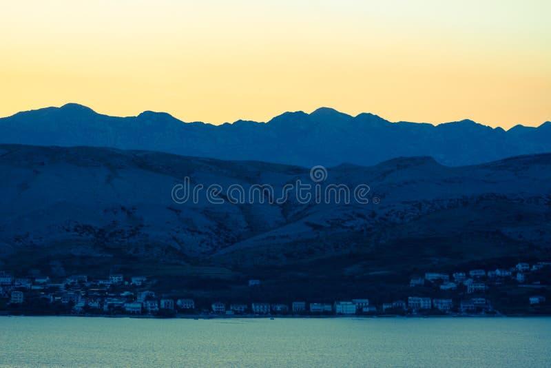 шлюпки удя небо чайки моря витают восход солнца стоковое фото