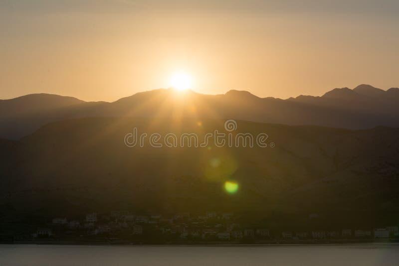 шлюпки удя небо чайки моря витают восход солнца стоковые изображения rf
