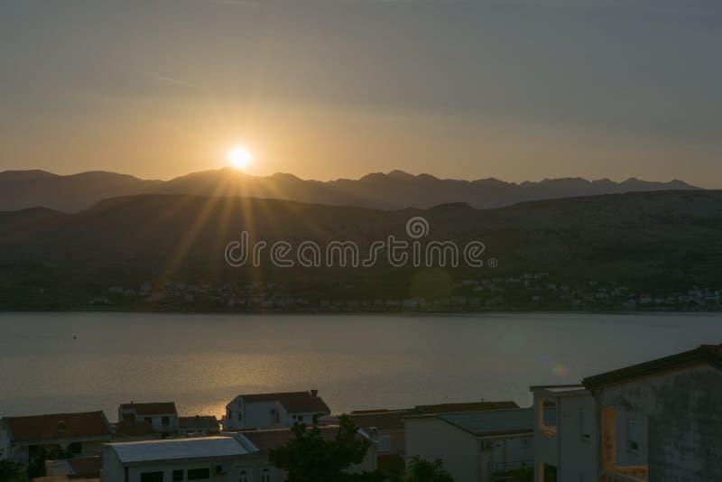 шлюпки удя небо чайки моря витают восход солнца стоковое изображение rf