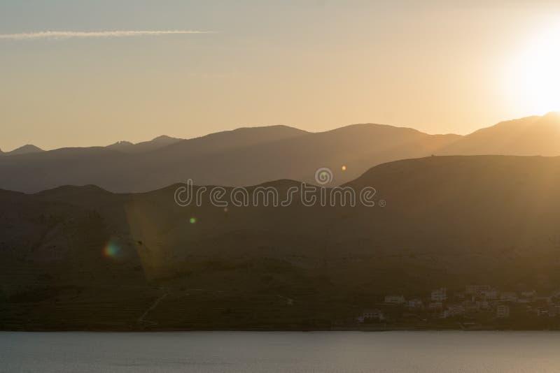 шлюпки удя небо чайки моря витают восход солнца стоковые фотографии rf