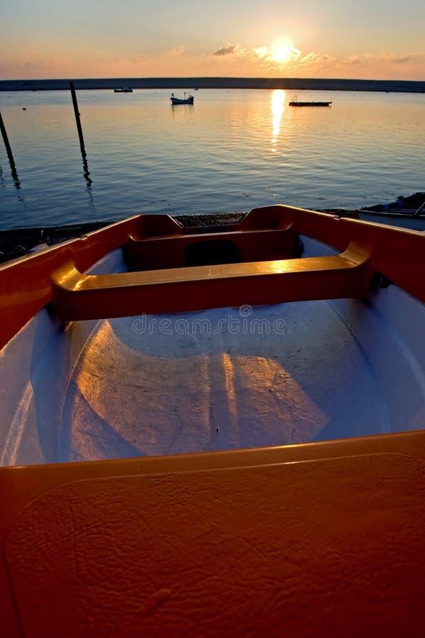 шлюпки удя причаленный заход солнца моря стоковое фото rf