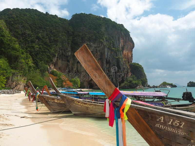 Шлюпки Longtails с яркими лентами на пляже Phranang, Railay, k стоковое изображение
