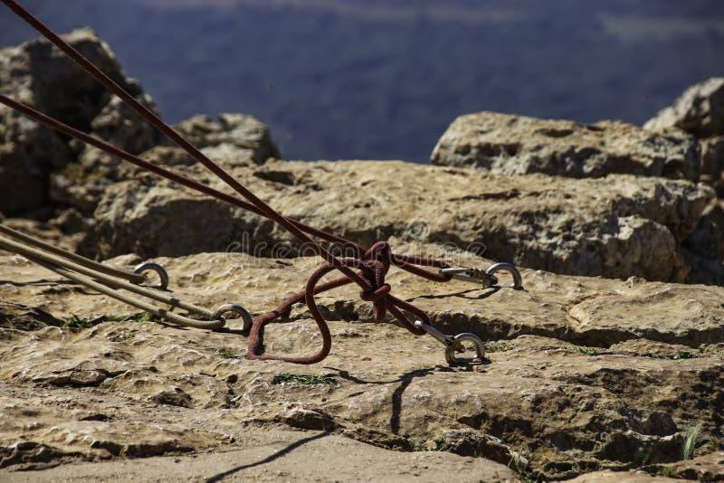 Шлямбуры с связанными веревочками зарезаны в камне стоковое фото rf
