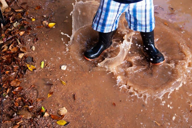 Шлямбур лужицы в дожде стоковое фото rf