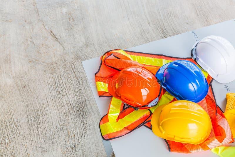 Шляпа белизны, апельсина, желтых и голубых трудная безопасности шлема с const стоковое фото rf