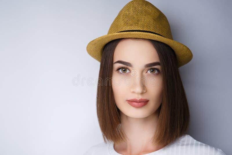 Шляпа женщины желтая стоковое фото