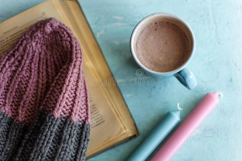 Шляпа и canles какао взгляд сверху стоковые фотографии rf