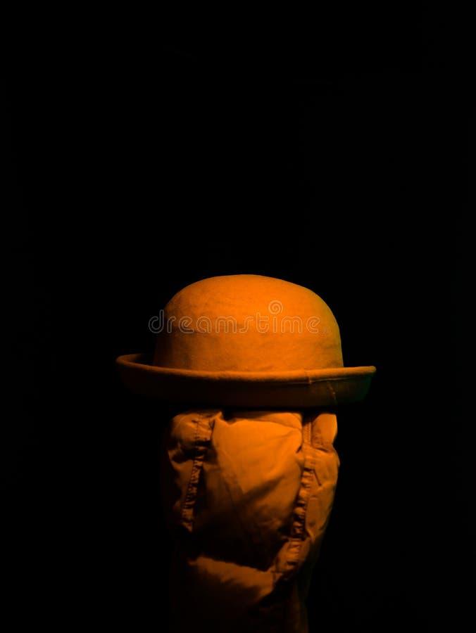 Шляпа на вешалке в темноте стоковое фото rf