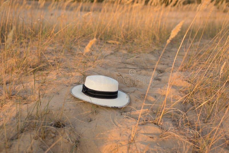 Шляпа на песке белизна сторновки путя клиппирования предпосылки изолированная шлемом песок Лето стоковые фото